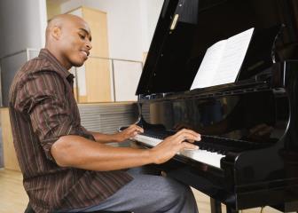 Setz dich ans Klavier und spiel